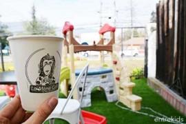 Café de especialidad y área de juegos para tus hijos